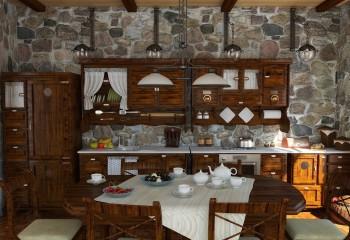 Бруски небольшого сечения, смонтированные поверх подшивки вагонкой в кухне в стиле кантри