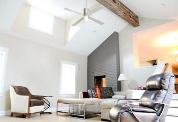 Светлые потолки наполняют помещение светом и делают его зрительно выше