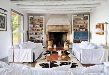 Выбеливание деревянных элементов потолка прекрасно подойдет для небольшой комнаты