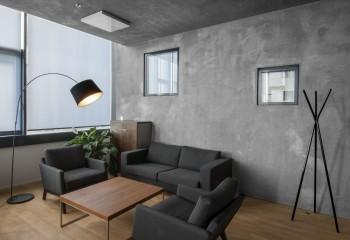 Вариант дизайна для потолка: декоративная штукатурка, стилизованная под бетон - тренд последних лет