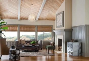 Плинтуса могут монтироваться не только на стыках стен с потолком или полом, но и посередине