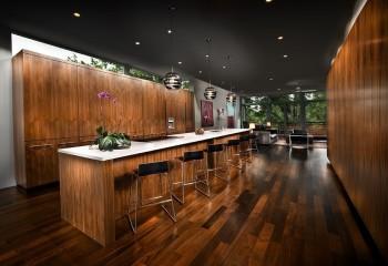 Помещение бара с чёрным потолком в сочетании с древесной гаммой, выглядит интригующе