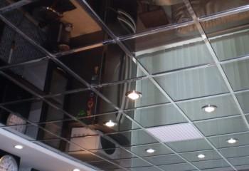 Кассетный зеркальный потолок с установленными точечными светильниками