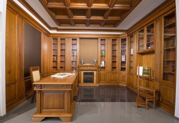 Кессонный потолок великолепно гармонирует с мебелью из массива дерева