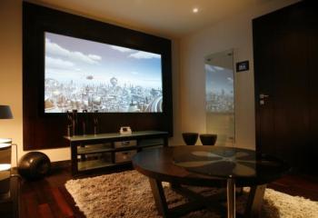 При просмотре фильмов звукоизоляцию обеспечивает натяжной потолок