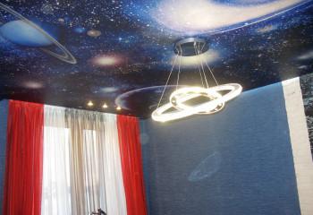 Фотообои на потолке с изображением космоса можно использовать в детской комнате