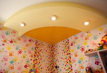 Стилизация «солнышка» конструкцией натяжного потолка в детской комнате