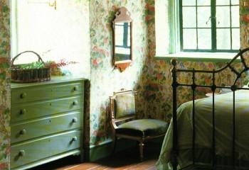 В невысоком помещении отделка стен может переходить на потолок