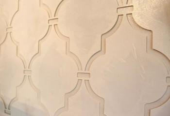 Использование трафарета поможет разнообразить декор потолка