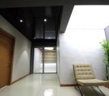 Глянцевые или матовые натяжные потолки, какие лучше – свойства и характеристики