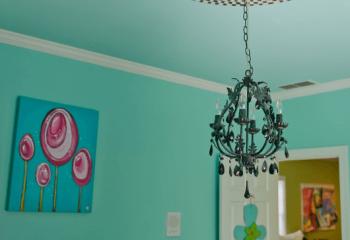 Выделить люстру: яркие наклейки на потолок