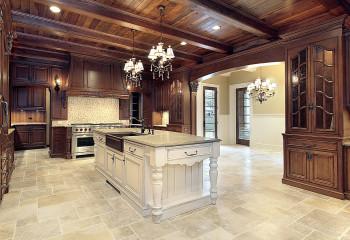 Натуральная доска на потолке кухни в сочетании с видимыми балками