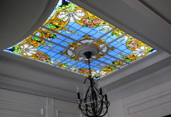 Оформление потолка центральным осветительным прибором