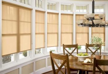 Кухня в эркере: низко подвешенная люстра и контрастные по цвету жалюзи создают в высоком помещении дополнительные уровни