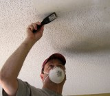 Удаление с потолка старой отделки – секреты опытных мастеров для вас