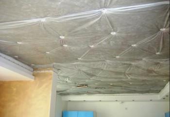 Если вы живёте в квартире на последнем этаже, потолок так же необходимо утеплить – подвесной или натяжной потолок всё скроет