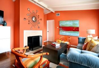 Современный модерн: персиковый оттенок крашеного потолка в гармонии с оранжевым фоном