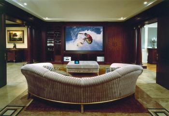 Холл с домашним кинотеатром и шумоизолирующим потолком