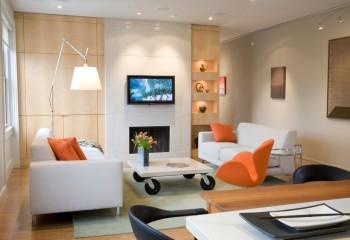 Потолок имеет много точечных светильников – излучение крайних направлено в зону телевизора, что заметно выделяет ее