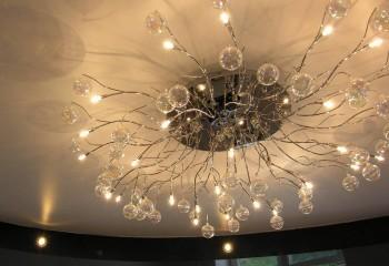 Потолки натяжные освещение: массивная дизайнерская люстра