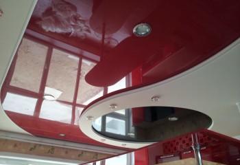 Фигурный комбинированный потолок будет отлично смотреться в просторной кухне