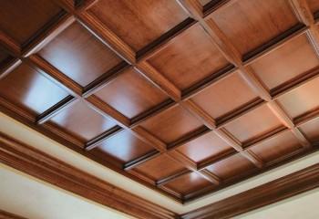 Деревянная плитка небольшого формата с декорированием швов молдингом