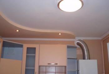 Многоуровневый потолок из гипсокартона позволяет выделить рабочую зону кухни