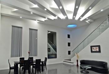 Форма потолка и устроенная внутри него подсветка создают иллюзию присутствия в комнате тусклого солнца