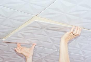 Монтаж плитки предельно прост – достаточно использовать клей или жидкие гвозди