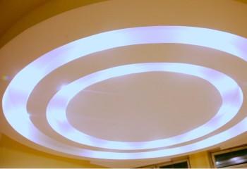 Гипсокартонный потолок с оригинальной подсветкой