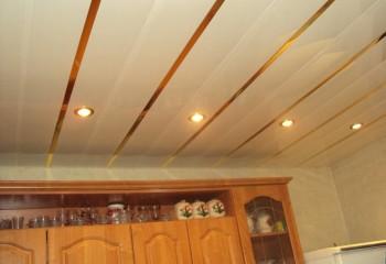 Пластиковые панели обладают глянцевым блеском, поэтому зрительно увеличивают объем помещения
