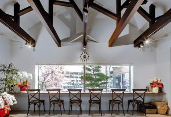 Контрастное оформление высокого потолка