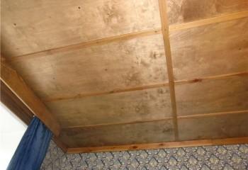 Отделка потолка на даче листами фанеры