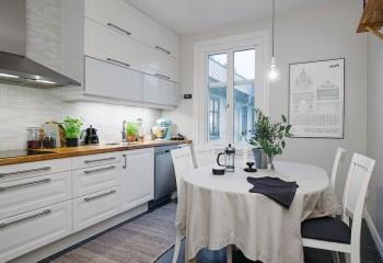 Привычный белый потолок в скандинавком интерьере кухни