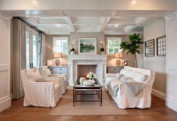 Еще один пример того, как белый цвет и рамы на окнах и двери выручают при низких потолках