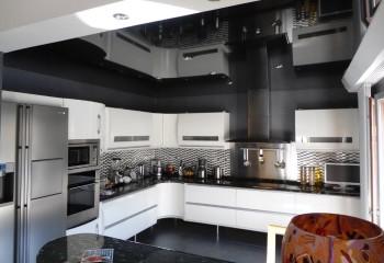 Чёрная ПВХ-плёнка на гипсокартонном коробе идеально сочетается с белым гарнитуром