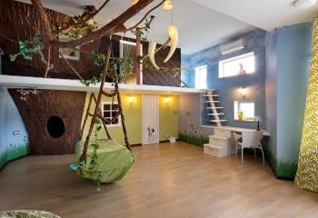 Двухступенчатый потолок, в недрах которого скрыты ветки импровизированного дерева