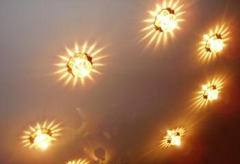 Точечные светильники в натяжном потолке