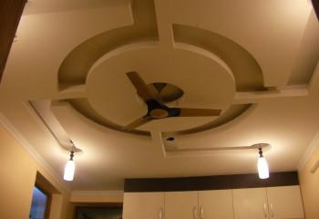 Потолок гостиной в стиле хай-тек может быть и таким