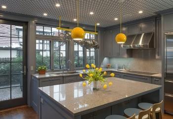 Геометрический рисунок на полотне разнообразит цветовую гамму кухни