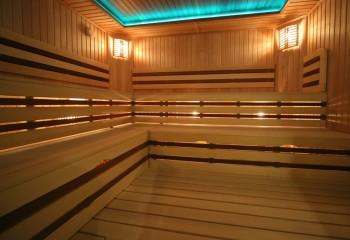Потолок в бане с подсветкой