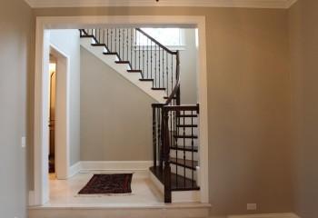 Для оформления потолка и проёма использованы деревянные погонажные изделия с одинаковой фрезеровкой и окраской