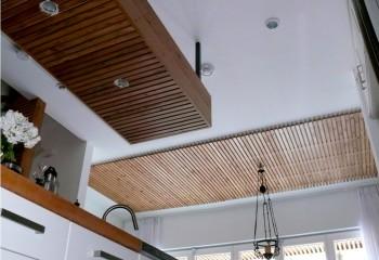 Комбинированный потолок с рейками