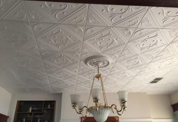Потолок дополнен пенопластовой розеткой