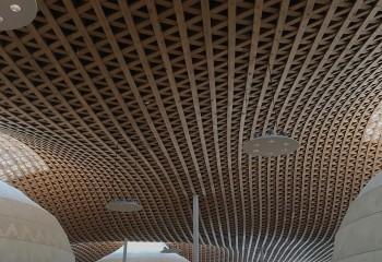Необычная потолочная конструкция из деревянных реек
