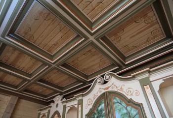 Трудно поверить, что кессоны этого потолка выполнены молдингами из пенополистирола