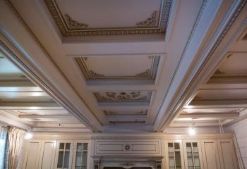 Потолок, украшенный фигурной лепниной