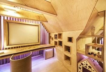 Потолок мансарды, обшитый фанерой