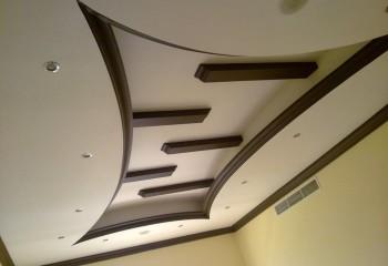 Двухъярусный потолок с контрастной отделкой