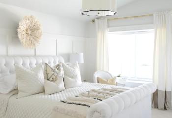 Благодаря светлым оттенкам и простым формам, маленькая спальня кажется больше и выше